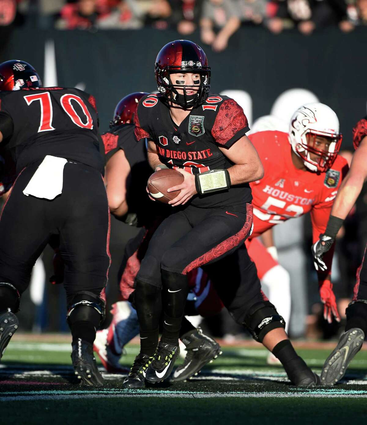 San Diego State quarterback Christian Chapman (10) looks to hand off the ball against Houston during the second half of the Las Vegas Bowl NCAA college football game on Saturday, Dec. 17, 2016, in Las Vegas. San Diego State won 34-10. (AP Photo/David Becker)