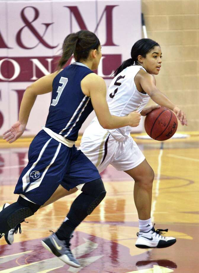 Victoria Shelton dribbles downcourt for the Lady Dustdevils in Saturday's Heartland Conference basketball game against Arkansas Fort Smith at TAMIU. Photo: Cuate Santos / Laredo Morning Times / Laredo Morning Times
