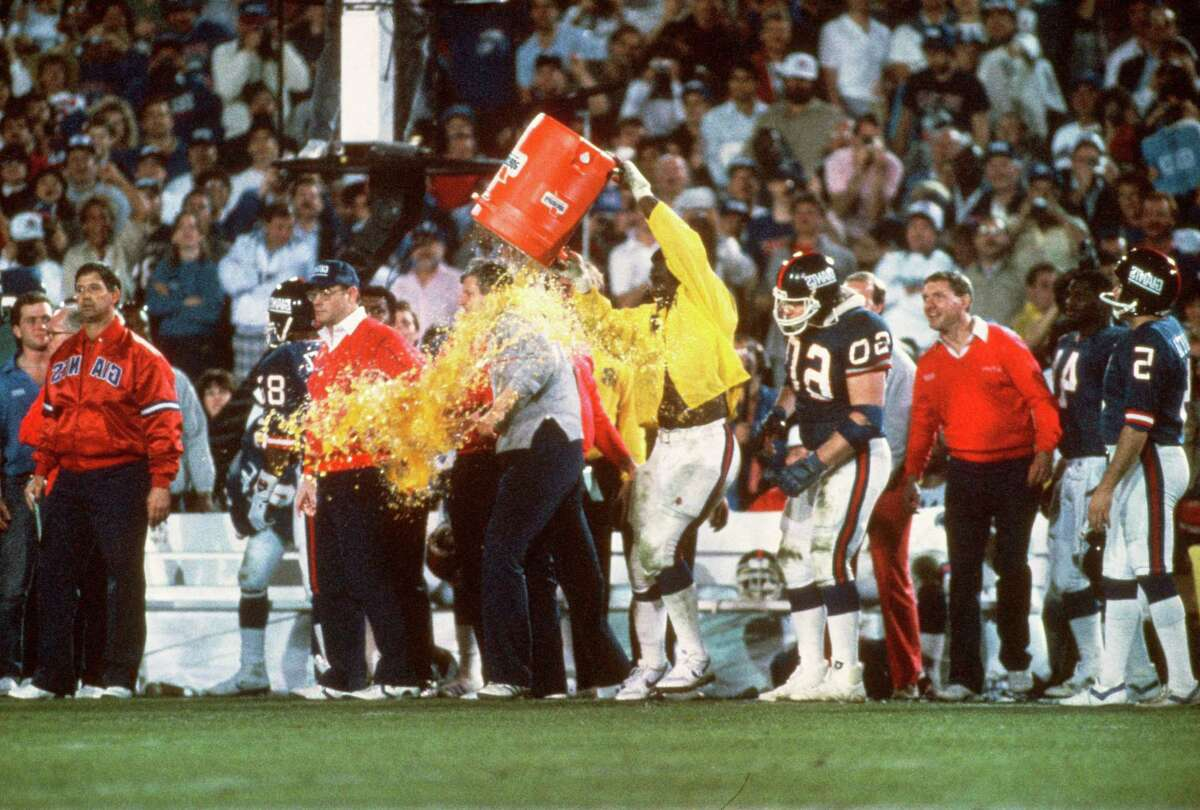 PASADENA, CA - JANUARY 26: Harry Carson #53 of the New York Giants dumps gatorade on head coach Bill Parcells after they defeated the Denver Broncos in Super Bowl XXI on January 26, 1987 at the Rose Bowl in Pasadena, California. The Giants won the Super Bowl 39 -20. (Photo by Focus on Sport/Getty Images)