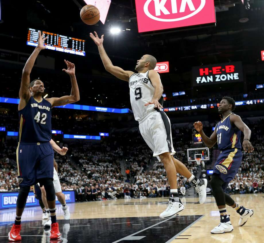 San Antonio Spurs' Tony Parker shoots between New Orleans PelicansÕ Alexis Ajinca (left) and Jrue Holiday during first half action Sunday Dec. 18, 2016 at the AT&T Center. Photo: Edward A. Ornelas/San Antonio Express-News