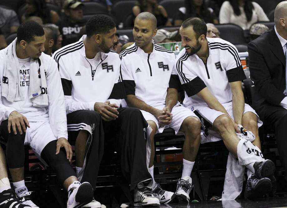Danny Green, Tim Duncan, Tony Parker and Manu Ginobili rest on the bench in October 2014. Photo: Kin Man Hui /San Antonio Express-News / ©2014 San Antonio Express-News