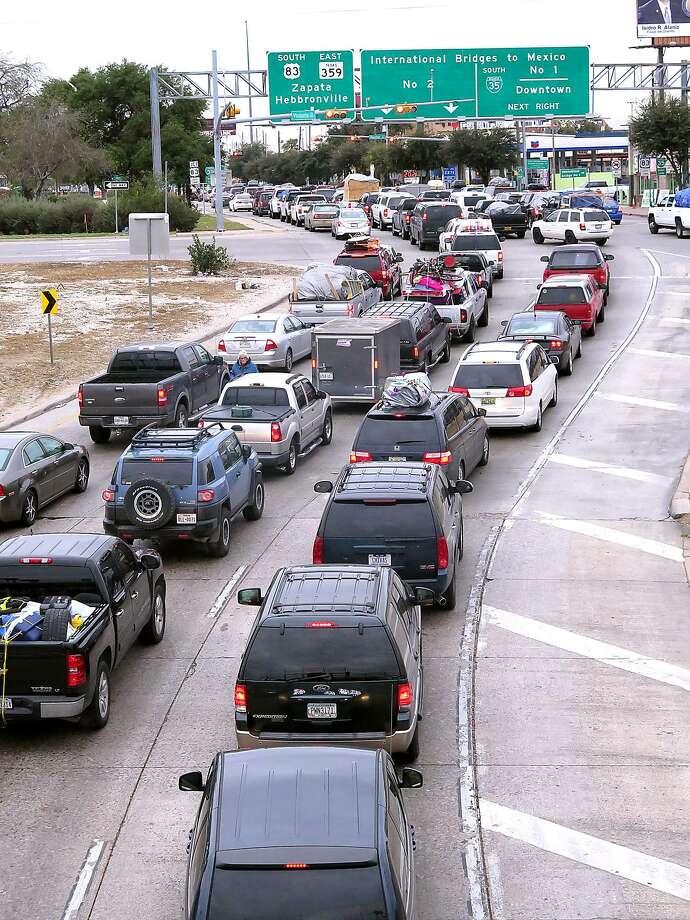 Paisanos hacen línea hacia México en la Carretera I-35 el domingo por la mañana. El Departamento de Estado ha emitido una alerta de viaje hacia ese país debido a la violencia relacionada con el crimen organizado. Photo: Foto Por Cuate Santos Laredo Morning Times / Laredo Morning Times