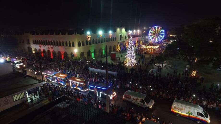 Cientos de familias se reunieron para disfrutar el Desfile Navidadeño 2016 que se llevó a cabo el sábado en Nuevo Laredo, México. Photo: Foto De Cortesía Gobierno De Nuevo Laredo