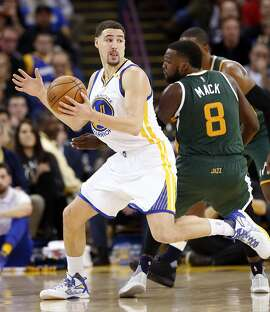 Golden State Warriors' Klay Thompson makes  a spin move against Utah Jazz' Shelvin Mack in 2nd quarter during NBA game at Oracle Arena in Oakland, Calif., on Tuesday, December 20, 2016.