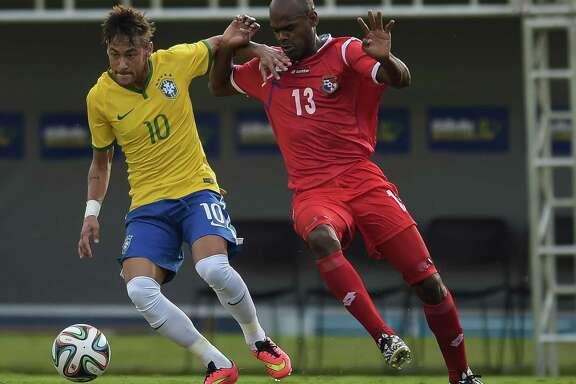 GOIANIA, BRAZIL - JUNE 03: Neymar (L) of Brazil and Adolfo Machado of Panama compete for the ball during the International Friendly Match between Brazil and Panama at Serra Dourada Stadium on June 03, 2014 in Goiania, Brazil.