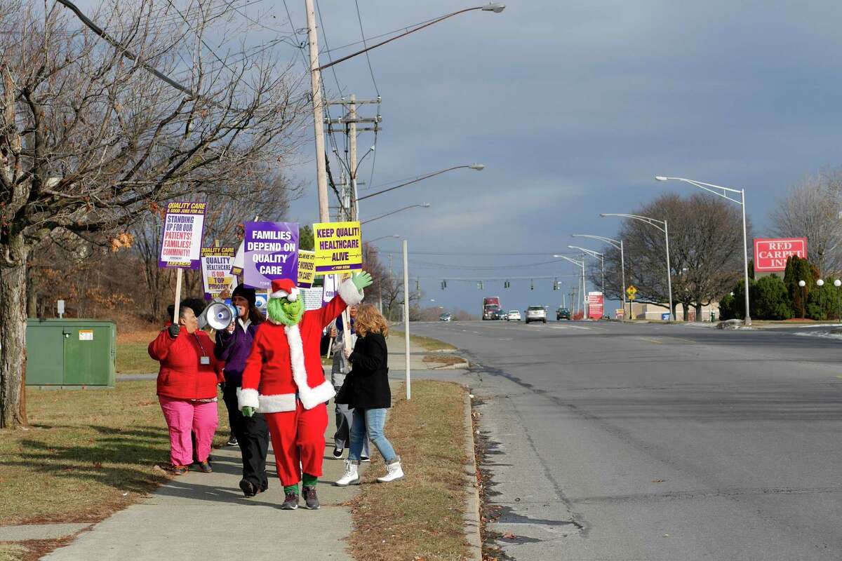 Members of 1199 SEIU, who are also employees at the Hudson Park Rehab and Nursing Center take part in an informational picket outside the center on Wednesday, Dec. 21, 2016, in Albany, N.Y. Workers have been without a contract since April 2016. (Paul Buckowski / Times Union)