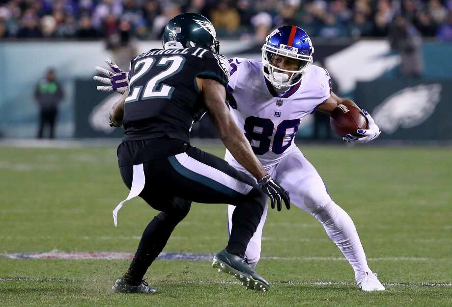 PHILADELPHIA, PA - DECEMBER 22:  Wide receiver Victor Cruz #80 of the New York Giants makes a catch against cornerback Nolan Carroll #22 of the Philadelphia Eagles during the fourth quarter of the game at Lincoln Financial Field on December 22, 2016 in Philadelphia, Pennsylvania.  (Photo by Al Bello/Getty Images) ORG XMIT: 681238591 Photo: Al Bello / 2016 Getty Images