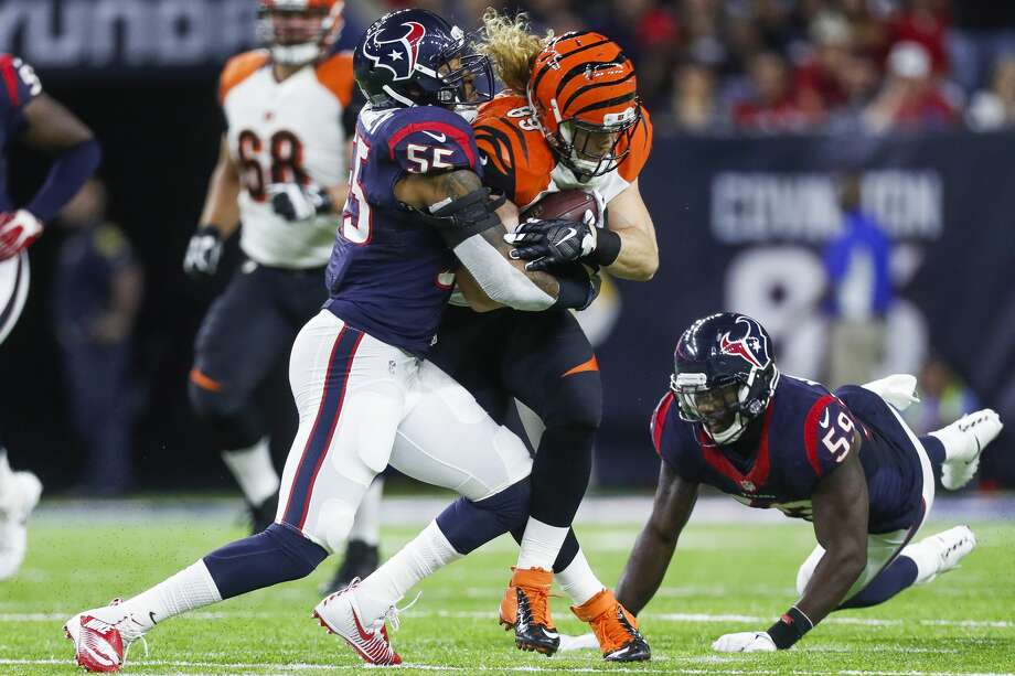 Houston Texans inside linebacker Benardrick McKinney (55) and outside linebacker Whitney Mercilus (59) work to tackle Cincinnati Bengals tight end Ryan Hewitt (89) during the first quarter of an NFL football game at NRG Stadium, Saturday,Dec. 24, 2016 in Houston.  ( Karen Warren / Houston Chronicle ) Photo: Karen Warren/Houston Chronicle