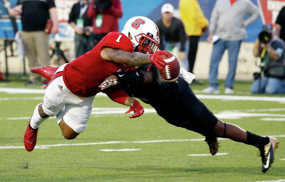 North Carolina State tight end Jaylen Samuels (1) dives into the end zone past a Vanderbilt defender for a first-half touchdown in the Camping World Independence Bowl NCAA college football game in Shreveport, La., Monday, Dec. 26, 2016. (AP Photo/Rogelio V. Solis) ORG XMIT: LARS105 Photo: Rogelio V. Solis / Copyright 2016 The Associated Press. All rights reserved.