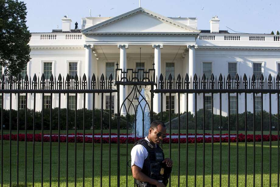 This Secret Service agent will be part of three dozen agencies responsible for security on Jan. 20. Photo: ZACH GIBSON, NYT