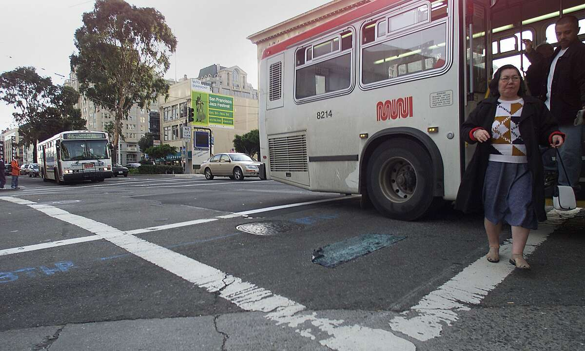 VANNESS10C-C-07DEC01-MT-MAC A muni bus lets off its pasengers at the corner of Van ness Ave. and California. City planners want to turn the center lanes of Van Ness Ave. over to buses only lanes, saying this will work better for everyone. by Michael Macor/The Chronicle