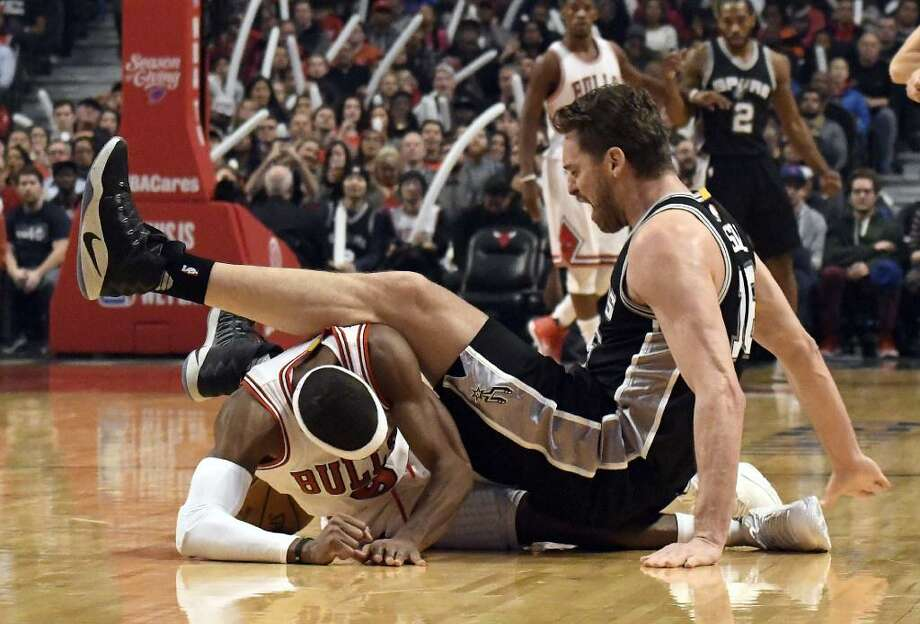 San Antonio Spurs center Pau Gasol, right, and Chicago Bulls guard Rajon Rondo (9) go for a loose ball during the first quarter on Dec. 8, 2016. The Bulls handed the Spurs their first road loss of the season that night. Photo: David Banks /Associated Press
