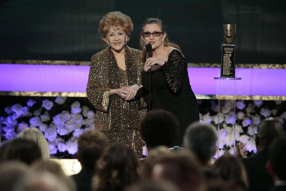 Carrie Fisher presented an award to her mother in 2015. Photo: Robert Gauthier, TNS