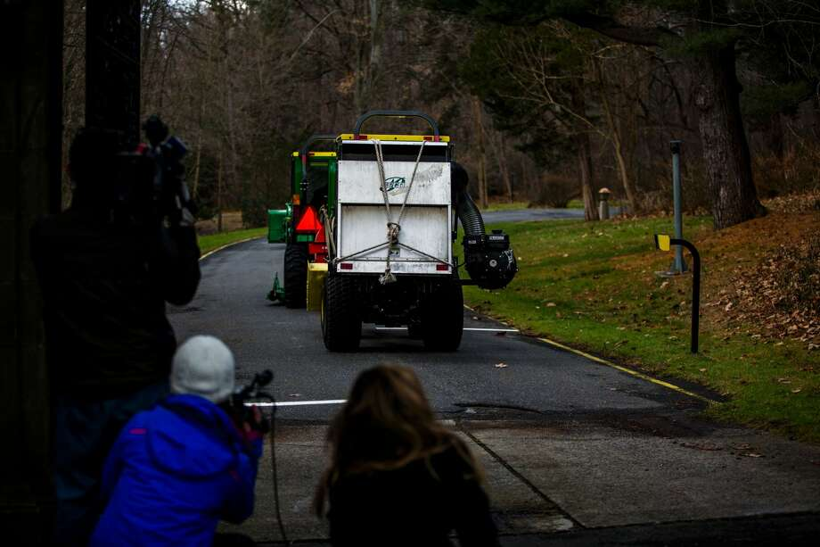 Garden workers are watched by reporters as they enter Killenworth, an estate built in 1913 for George du Pont Pratt and purchased by the former Soviet Union in 1951, in Glen Cove, New York, on December 30, 2016. Killenworth will be closed to Russian officials as part of the sanctions ordered by US President Barack Obama in retaliation for suspected Russian hacking during the US elections. Photo: EDUARDO MUNOZ ALVAREZ/AFP/Getty Images