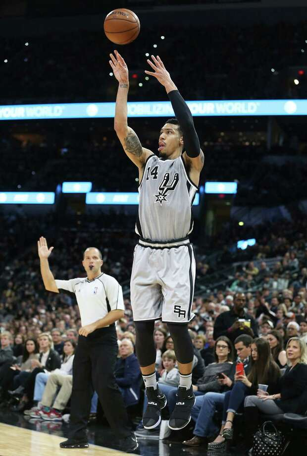 Danny Green pumps a three pointer in the first half as the Spurs host the Trail Blazers at the AT&T Center on December 30, 2016. Photo: Tom Reel, San Antonio Express-News / 2016 SAN ANTONIO EXPRESS-NEWS
