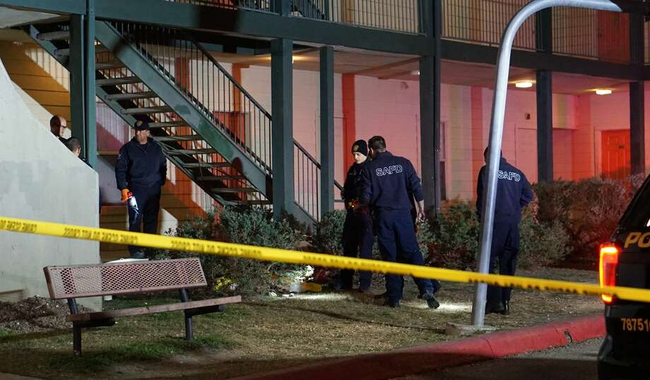 A man in his mid- to late 20s was pronounced dead by EMS moments after a shooting at the Lago Vista Village Apartments, 4243 West Commerce St. on Friday night. Photo: Jacob Beltran /San Antonio Express-News