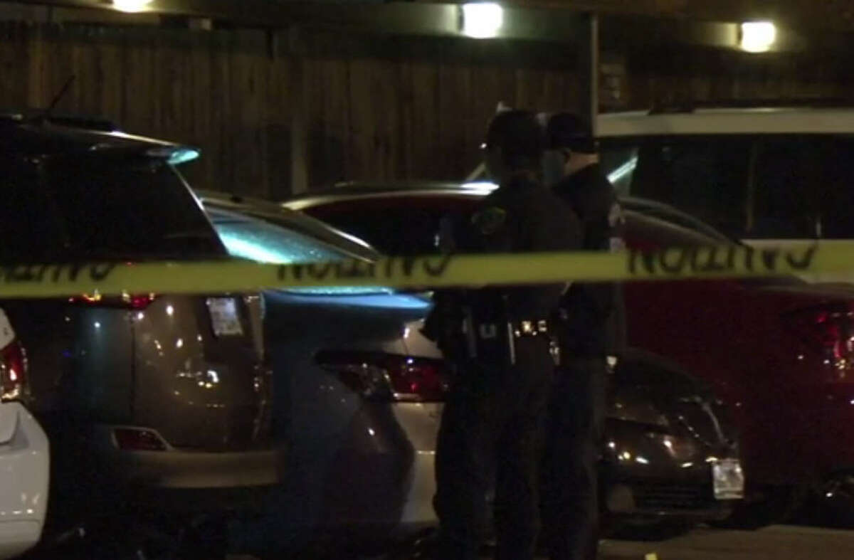 Police investigate a fatal shooting at a southwest Houston apartment complex on Friday, Dec. 30, 2016. (Metro Video)