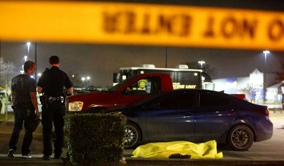 San Antonio Police investigate the death of a person found Wednesday, Dec. 28, 2016 in the parking lot of a Jack In the Box restaurant on Rigsby Avenue on the East Side. The man, later identified as Eddie Carter, was one of the last people murdered in 2016. Over 150 people were killed last year, making it the deadliest year since 1995. Photo: John Davenport /San Antonio Express-News / ©San Antonio Express-News/John Davenport