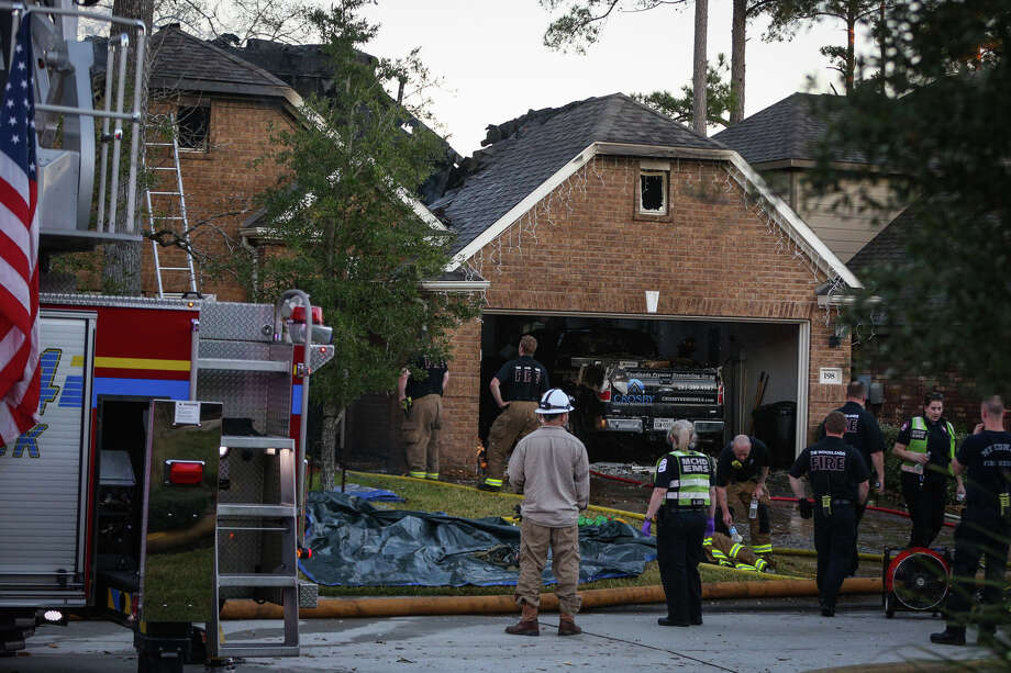 The Woodlands, Magnolia and Needham fire departments respond to a house fire. Photo: Michael Minasi, Staff / © 2017 Houston Chronicle