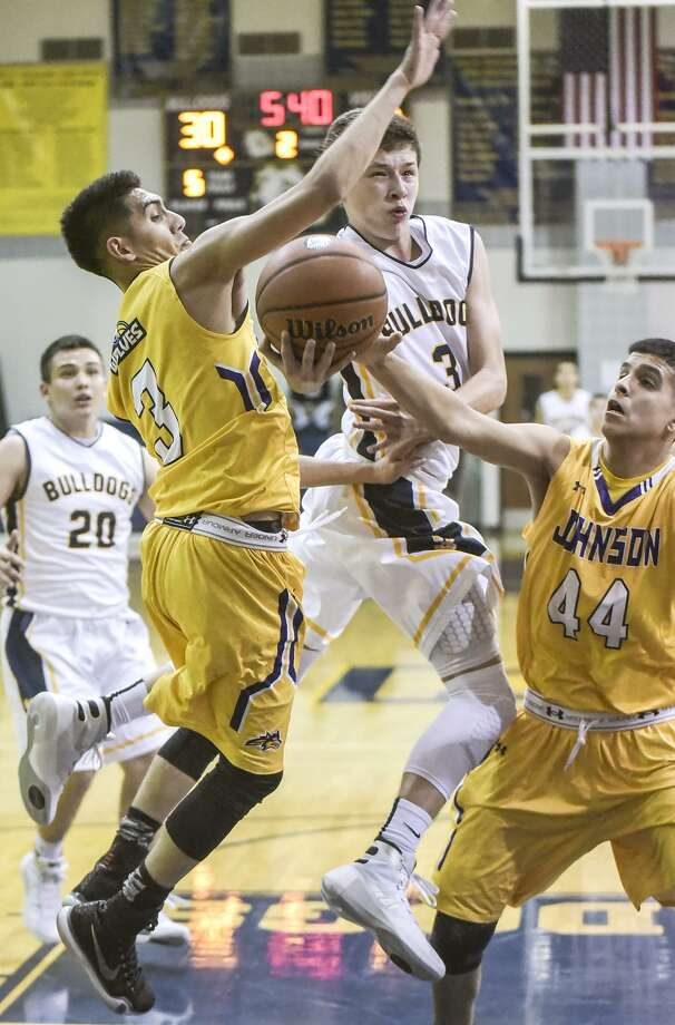 Marco Peña and Alexander host LBJ at 3:30 p.m. Tuesday. The Bulldogs have been off since beating Southwest 74-61 to open district play Dec. 19. Photo: Danny Zaragoza /Laredo Morning Times File / Laredo Morning Times