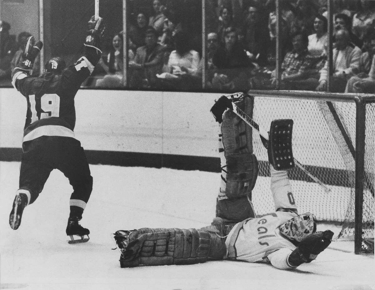 California Golden Seals goalie Gary Simmons is beat byLos Angeles Kings player Butch Goring (19) Photo ran 02/24/1975, p. 39