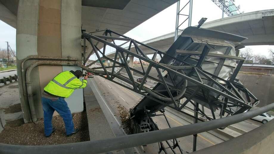 Portions of I-10 near downtown were shut down Wednesday, Jan. 4, 2017, when an 18-wheeler struck a highway sign. Photo: John Tedesco/San Antonio Express-News