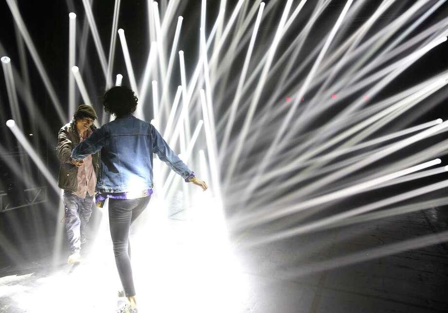 Rock Wardell y Shalma Anderson bailan entre rayos de luces en una instalación de arte durante la noche de apertura del Festival Day for Night el viernes 16 de diciembre. Photo: Foto Por Yi-Chin Lee|Houston Chronicle / © 2016  Houston Chronicle