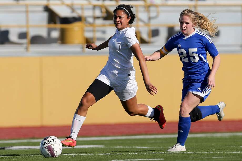 Harlandale's Ingrid Garcia (left), an All-Area Super Team selection after 47 goals and 15 assists last season, leads the Indians. Photo: Marvin Pfeiffer / San Antonio Express-News / Express-News 2015