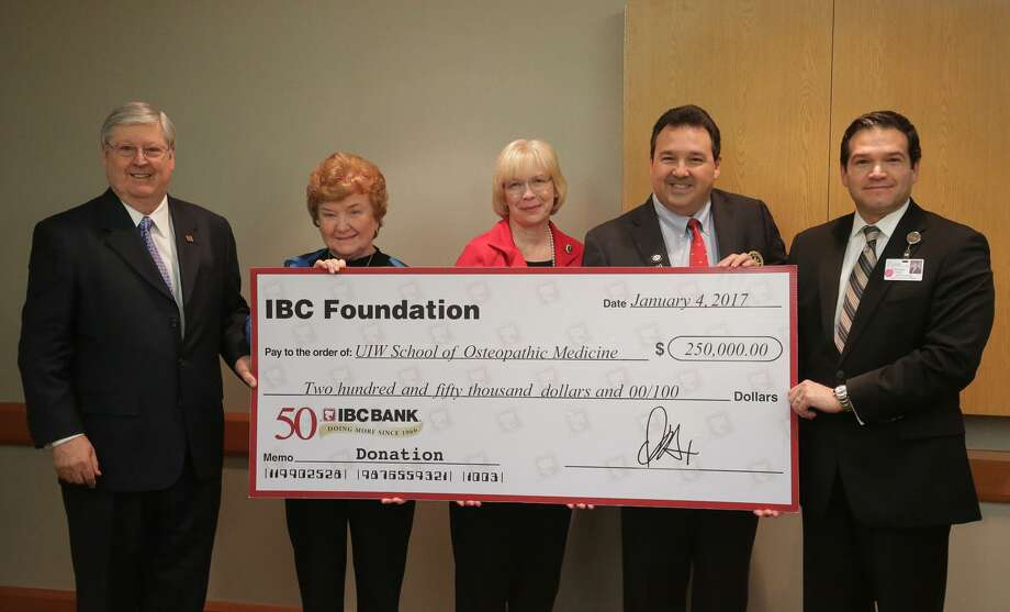 La Fundación IBC, administrada por el International Bank of Commerce, entregó a la Escuela de Medicina Osteopatía de la Universidad de Incarnate Word una donación de 250.000 dólares el miércoles durante una conferencia de prensa en el Laredo Medical Center. De izquierda Dennis E. Nixon, CEO de IBC Bank, Kathleen Coughlin, Robyn Madson, David Garza, y Enrique Gallegos CEO de Laredo Medical Center Photo: Foto Por Victor Strife|Laredo Morning Times