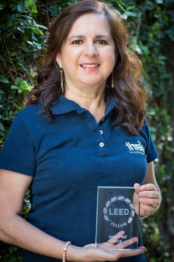 Diana Páez aparece con el reconocimiento obtenido por su dedicación y servicio a la arquitectura sostenible, otorgado en Los Ángeles, California en octubre. Ella se ha convertido en la primera mujer en América Latina en obtener esta distinción. Photo: Foto De Cortesía