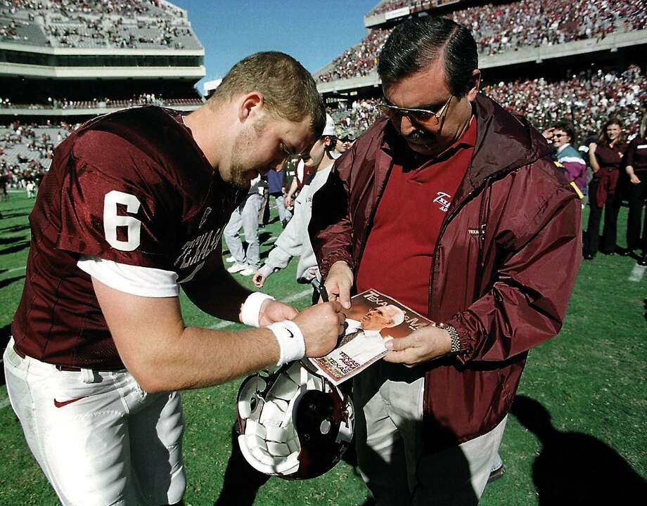 Shane Lechler signs his autograph for a fan after A&M defeated Texas to end their regular season. Butch Ireland foto