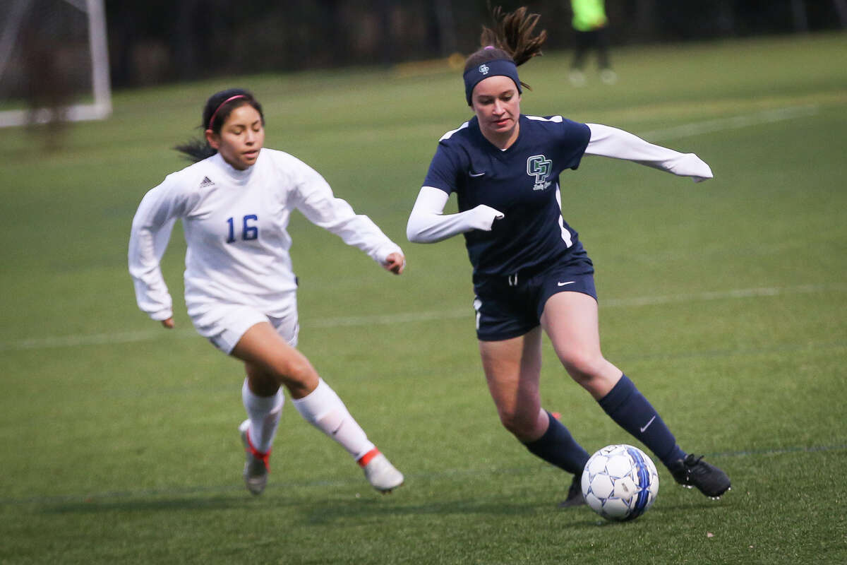 College Park's Abby McDowell (11) moves the ball downfield during the varsity girls soccer game against Boerne on Friday, Jan. 6, 2017, at Gosling Sportfields. (Michael Minasi / Chronicle)