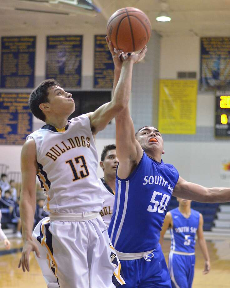 Devin Rodriguez led the way with 19 points Friday as Alexander won 72-68 in overtime at Eagle Pass. Photo: Cuate Santos /Laredo Morning Times File / Laredo Morning Times