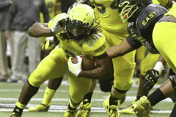Najee Harris slants to the middle during the U.S. Army All-American Bowl at the Alamodome on January, 7, 2017.