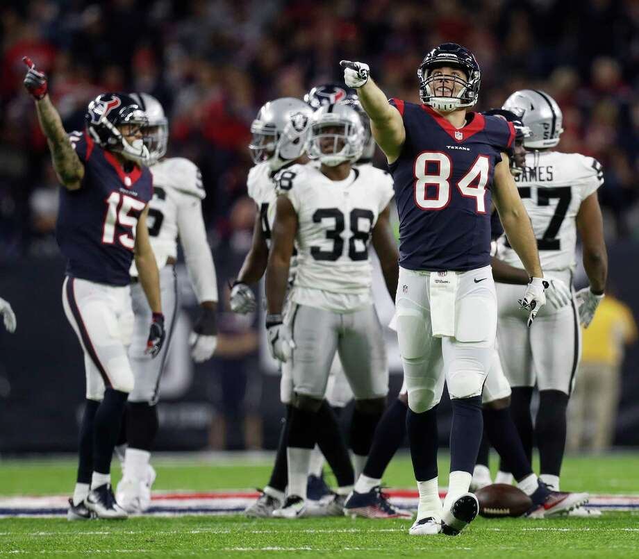 Houston Texans tight end Ryan Griffin (84) signals a first down after a run by running back Jonathan Grimes (41) during the fourth quarter of an NFL playoff game at NRG Stadium, January 7, 2017. Photo: Karen Warren, Houston Chronicle / 2016 Houston Chronicle