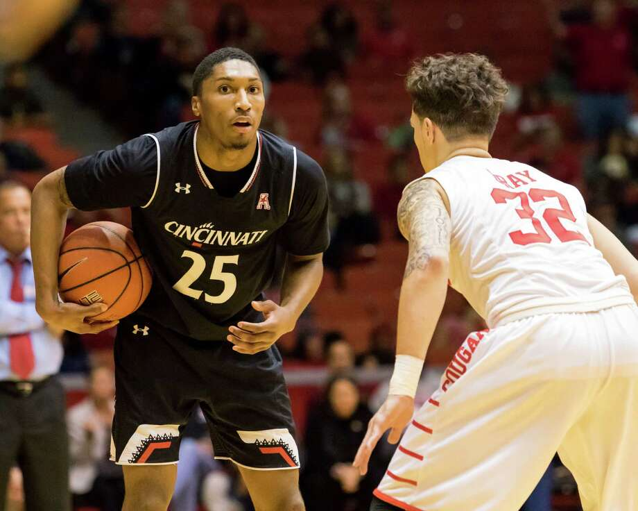 Cincinnati's Kevin Washington (25) holds the ball on the perimeter while being defended by Houston's Rob Gray (32) in the second half of an NCAA college basketball game Saturday, Jan. 7, 2017, in Houston. (AP Photo/Joe Buvid) Photo: Joe Buvid, Associated Press / FR171467 AP