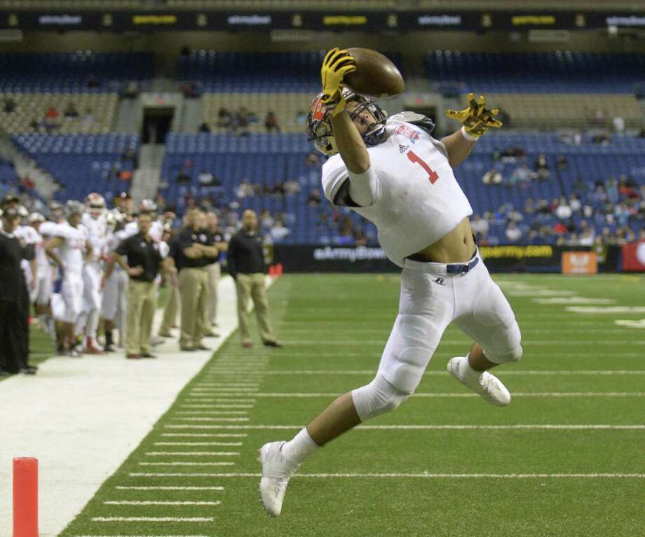 Jonathan Tapia of O'Connor High School makes a one-handed touchdown catch for the  West team during the SA Sports All-Star Game at the Alamodome on Saturday, Jan. 7, 2017. Photo: Billy Calzada, Staff / San Antonio Express-News