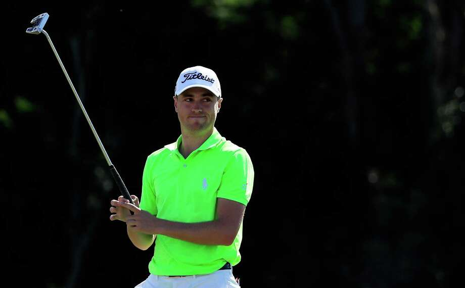 Justin Thomas watches his final putt fall to give him a three-shot win in the SBS Tournament of Champions. Photo: Cliff Hawkins, Staff / 2017 Getty Images