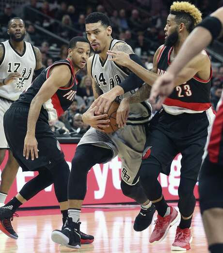 Danny Green forces the ball into the lane as the Spurs host the Trail Blazers at the AT&T Center on December 30, 2016. Photo: Tom Reel, Staff / San Antonio Express-News / 2016 SAN ANTONIO EXPRESS-NEWS