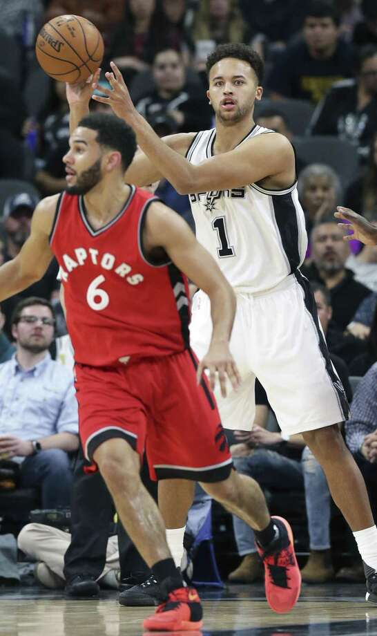 Kyle Anderson lofts a pass out to the front over Cory Joseph as the Spurs play the Raptors at the AT&T Center on January 3, 2017. Photo: Tom Reel, Staff / San Antonio Express-News / 2017 SAN ANTONIO EXPRESS-NEWS