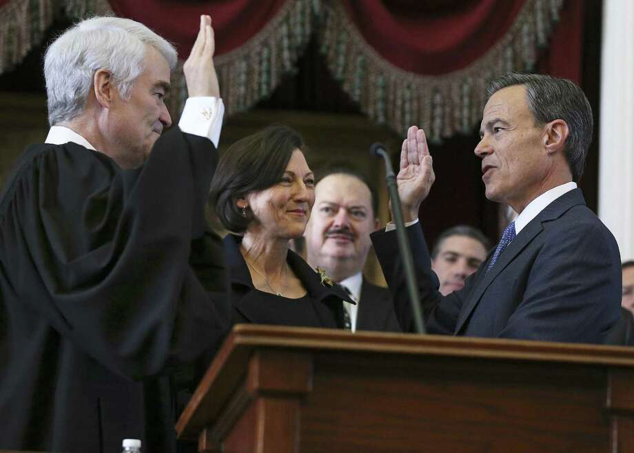 Joe Straus is sworn in to office by Texas Supreme Court Chief Justice Nathan Hecht as Julie Straus watches as the 85th Texas Legislative session opens on Jan. 10. Straus and Hecht agree this year on the need to end straight-party voting. Photo: Tom Reel /San Antonio Express-News / 2017 SAN ANTONIO EXPRESS-NEWS