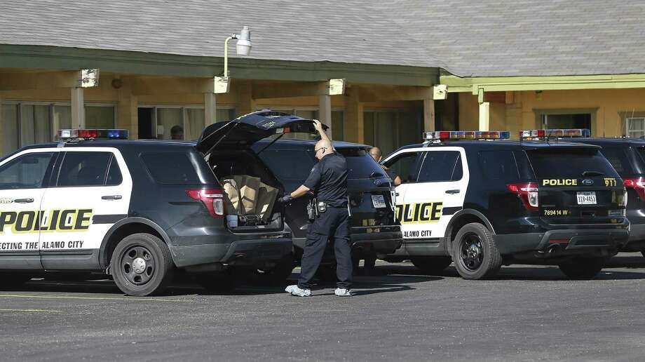 Police carry out evidence in bags as they investigate the scene of a homicide at the Camino Vista Motel at 409 West Highway 90 on January 1, 2017. SAPD report that an officer noticed a suspicious person in the parking lot, and upon questioning the person led them to the room where a body was found. No suspects were arrested. Photo: Tom Reel /San Antonio Express-News / 2017 SAN ANTONIO EXPRESS-NEWS