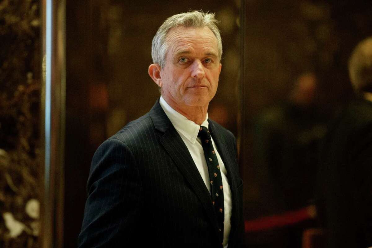 Robert F. Kennedy Jr. arrives in the lobby of Trump Tower in New York, Tuesday, Jan. 10, 2017, for a meeting with President-elect Donald Trump. (AP Photo/Evan Vucci)