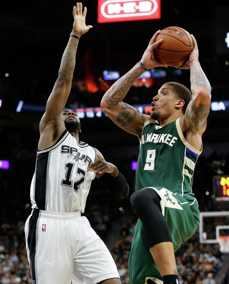 Spurs' Jonathon Simmons (17) defends against Milwaukee Bucks' Michael Beasley (09) at the AT&T Center on Tuesday, Jan. 10, 2017. The Bucks defeated the Spurs, 109-107. Photo: Kin Man Hui, San Antonio Express-News / ©2017 San Antonio Express-News
