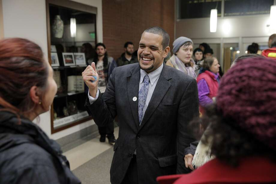 Melvin Willis chats with friends in the foyer before being sworn in Tuesday. Photo: Carlos Avila Gonzalez, The Chronicle