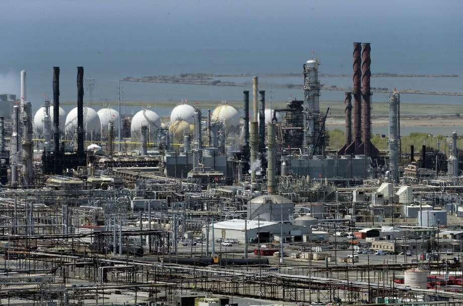Refineries nationwide used 17.1 million barrels a day of crude last week, according to the Energy Information Administration, the most in weekly data going back to 1989. Photo: San Francisco Chronicle /File Photo / ONLINE_YES