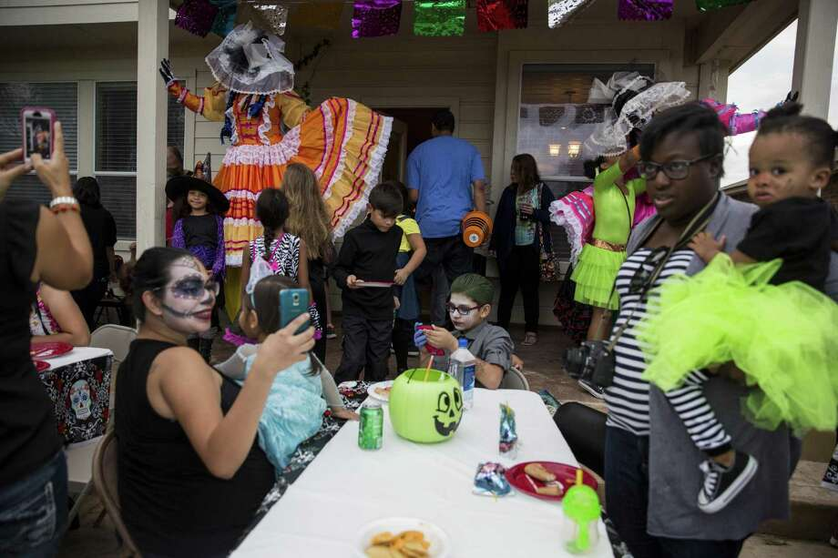 Texas gains nearly 250,000 new residents each year as a result of people moving here from other states or immigrants coming here from outside the United States. Bexar County's population increased by 25,183 residents, according to a new report from the Texas Demographic Center. Photo: Express-News File Photo / 2016 San Antonio Express-News