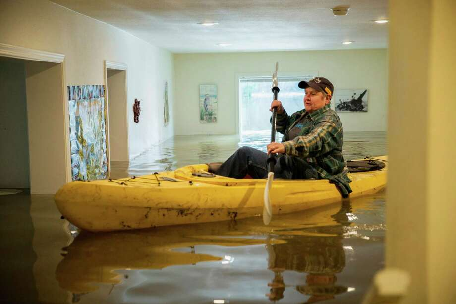 Lorin Doeleman uses a kayak to check her flooded home on Wednesday, Jan. 11, 2017, in Guerneville, Calif. She is moving her belongings to her Sacramento home. Forecasters said the brunt of a weather system had passed after delivering the heaviest rain in a decade to parts Northern California and Nevada. (Santiago Mejia/San Francisco Chronicle via AP) ORG XMIT: CAFRA501 Photo: Santiago Mejia / San Francisco Chronicle