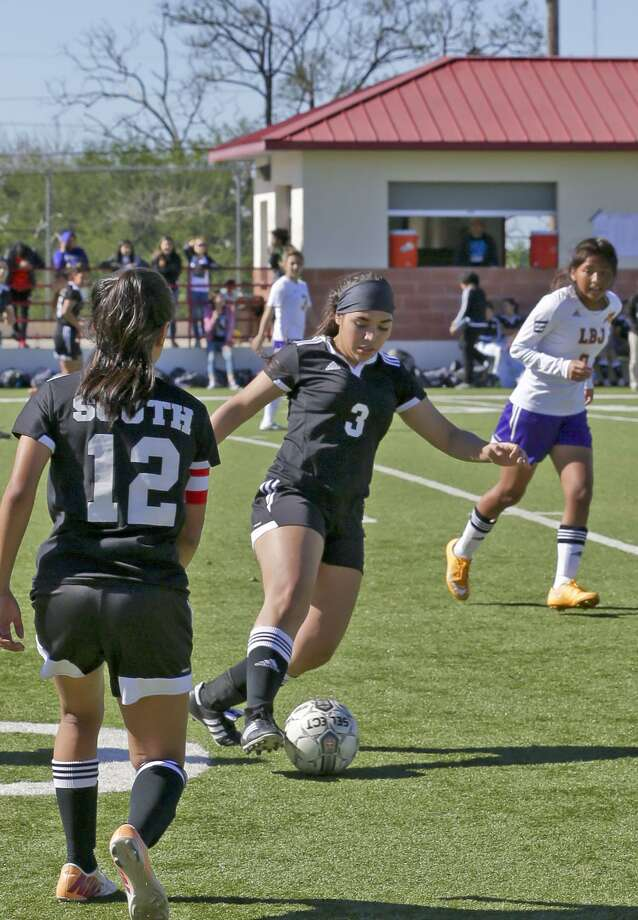 United South's Olga Fraga and the Lady Panthers are a perfect 4-0 so far this season. Photo: Victor Strife / Laredo Morning Times File / LAREDO MORNING TIMES