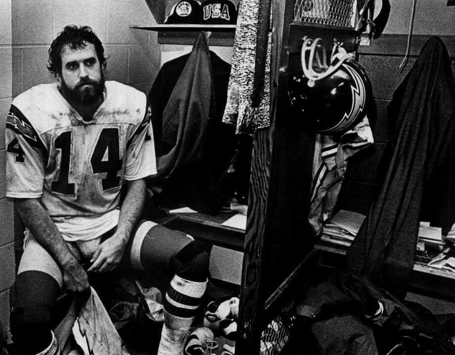 Dan Fouts of the San Diego Chargers sits in the locker room circa 1980s. Photo: The Sporting News/Sporting News Via Getty Images